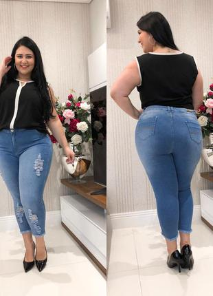 Calça jeans capri clara plus size destroyed